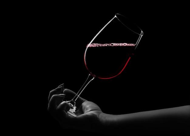 Czerwone wino w dłoni