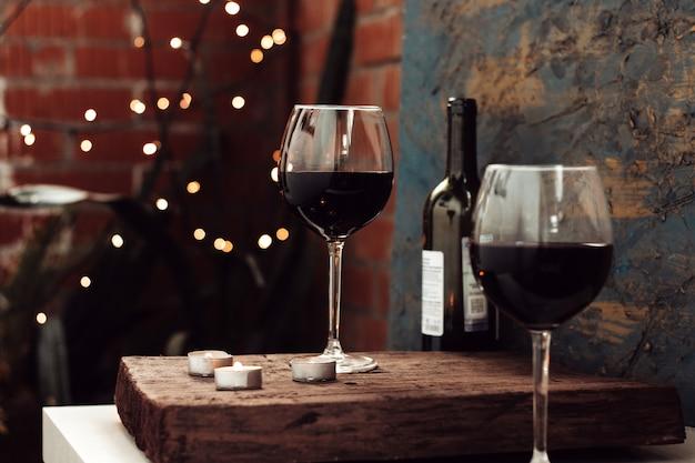Czerwone wino w dwóch kieliszkach, romantyczna randka na balkonie