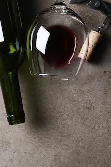 Czerwone wino w okularach i korku