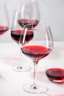 Czerwone wino w różnych kieliszkach