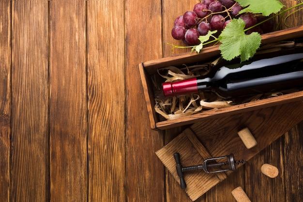 Czerwone wino w skrzynce z miejsca na kopię