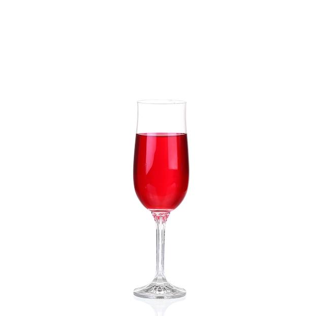 Czerwone wino w szklance na białym tle na białej ścianie