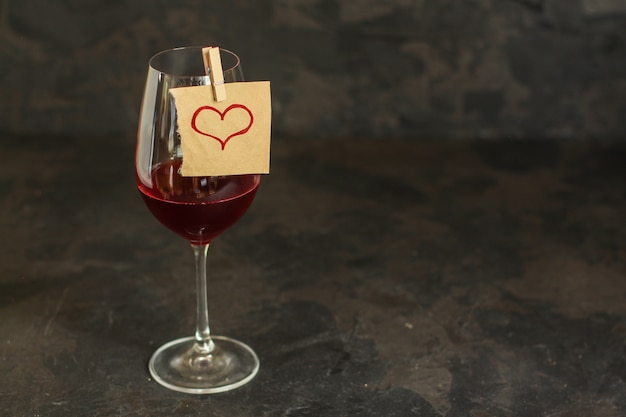 Czerwone wino w szklance