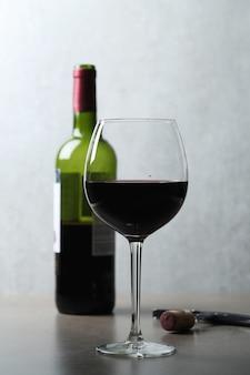 Czerwone wino w szkle i butelce