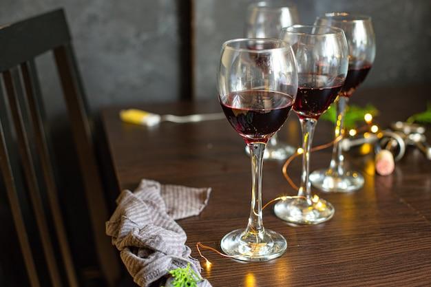 Czerwone wino w szkle świąteczny stół ustawienie święta bożego narodzenia przyjęcie nowego roku