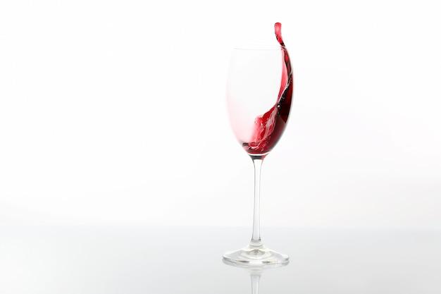 Czerwone wino wylewa się ze szklanki