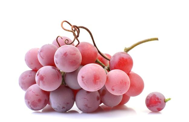 Czerwone winogrona na białym tle na białej powierzchni