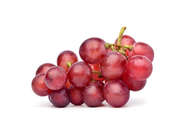 Czerwone winogrona na białym tle. ścieżka przycinająca.