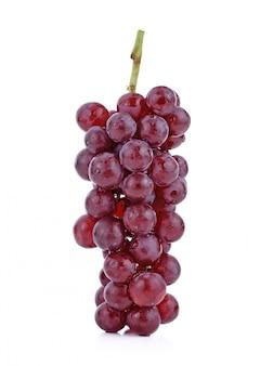 Czerwone winogrona na białym tle