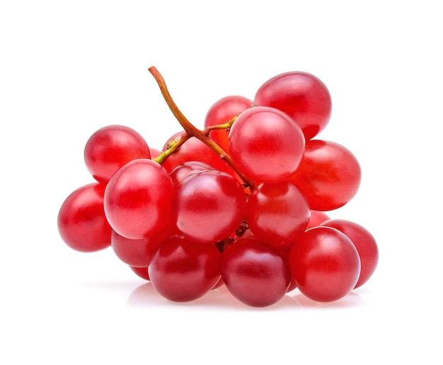 Czerwone winogrona na białym tle.