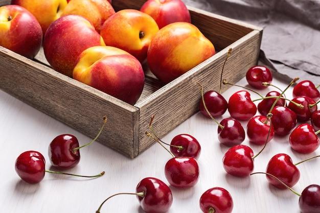 Czerwone wiśnie i nektarynki.