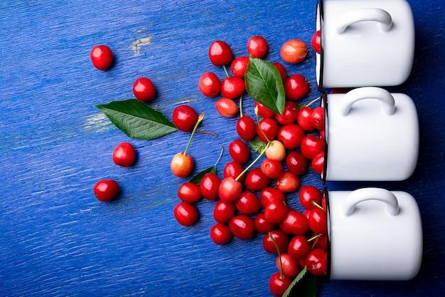 Czerwone wiśnie w białym koszu