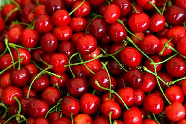 Czerwone wiśnie z zielonymi łodygami, widok z góry