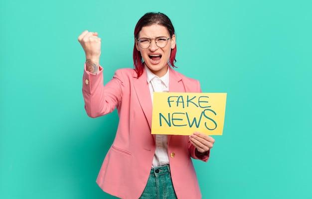 Czerwone włosy fajna kobieta koncepcja fałszywych wiadomości