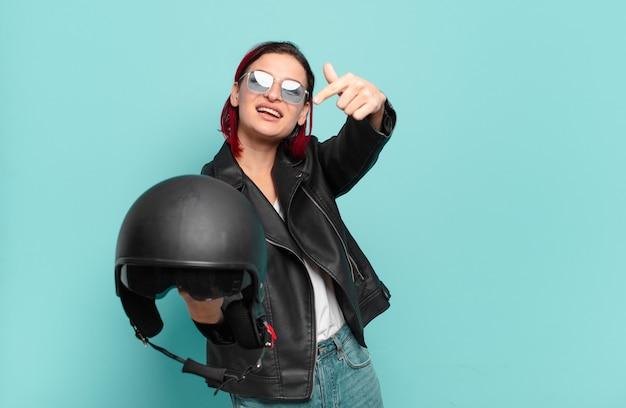 Czerwone włosy fajna kobieta motocykl koncepcja jeźdźca