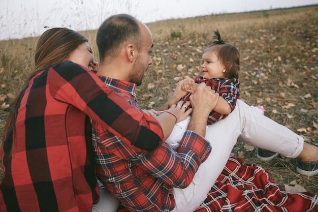 Czerwone włosy piękne dłonie rodzicielstwo