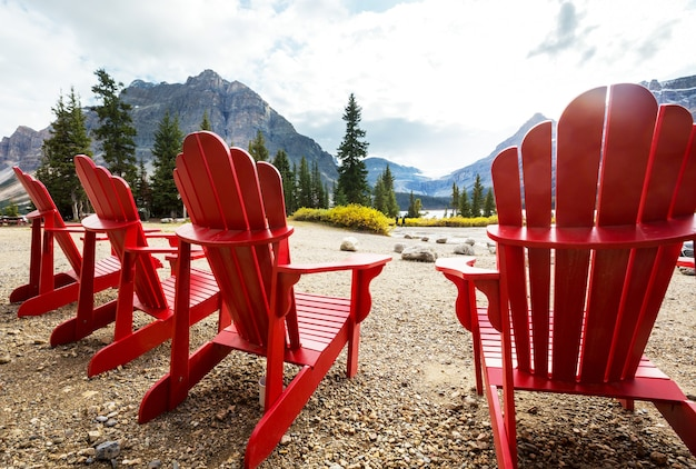 Czerwone wygodne leżaki nad jeziorem w kanadzie.
