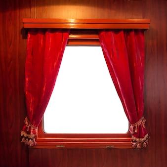 Czerwone zasłony w oknie na białym tle. zasłony ze starożytnego pociągu