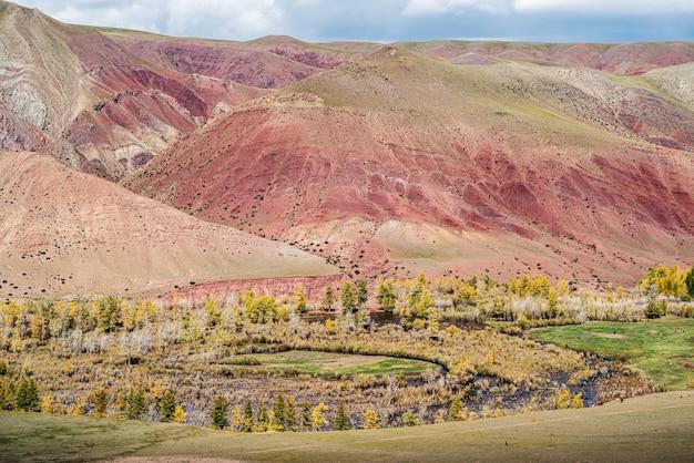 Czerwone zbocza w dolinie rzeki kyzylszyn. kosh-agachsky district, republika ałtaju, rosja