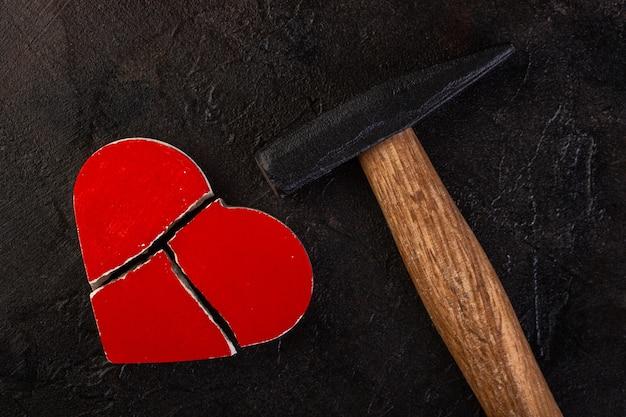Czerwone złamane serce na betonie.