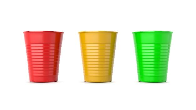 Czerwone, żółte i zielone plastikowe kubki na białym tle