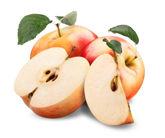 Czerwone, żółte jabłko z zielonym liściem i plasterek na białym tle