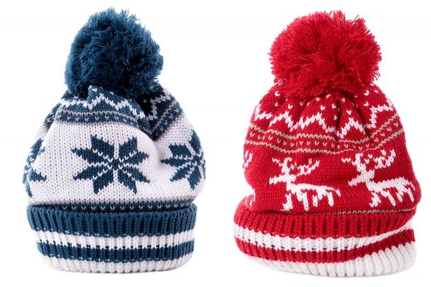 Czerwonego błękita zimy bobble narciarskiego kapelusz odizolowywał biel
