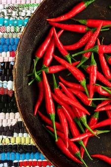 Czerwonego chili pieprze na pasiastym tle