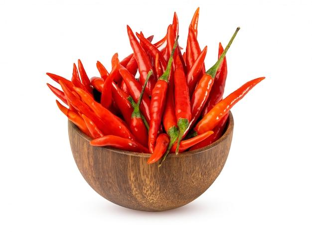 Czerwonego chili pieprze w drewnianym pucharze na bielu