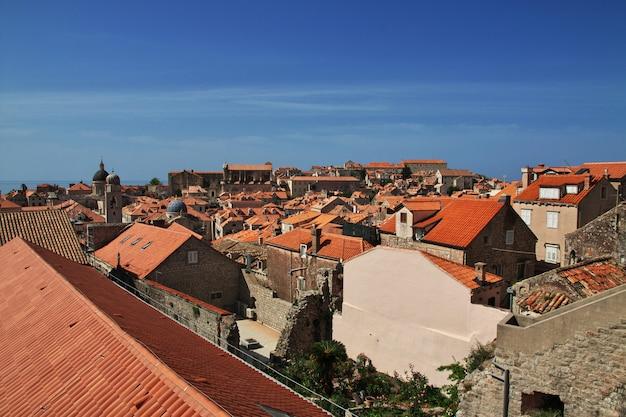 Czerwoni dachy w dubrovnik mieście na adriatyckim morzu, chorwacja