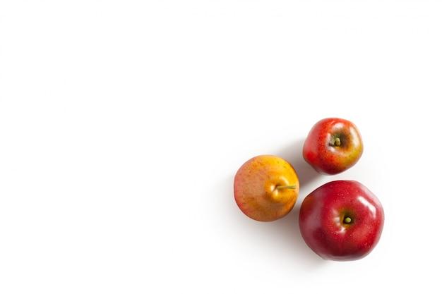 Czerwoni jabłka i bonkreta na bielu