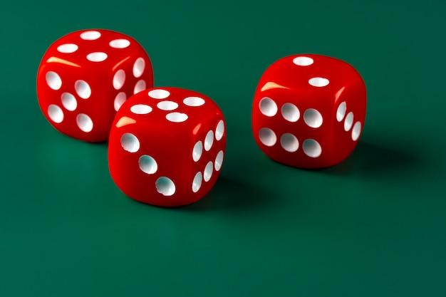 Czerwoni kostka do gry na zieleni powierzchni zakończeniu up