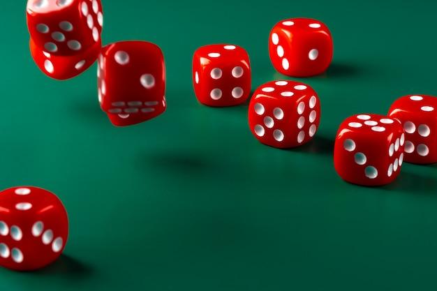 Czerwoni kostka do gry na zielonego stołu zakończeniu up