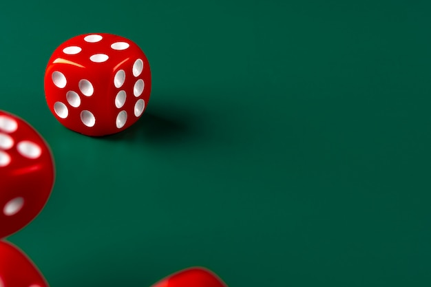 Czerwoni kostka do gry na zielonym tła zakończeniu up, copyspace