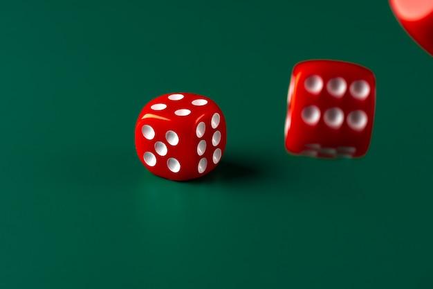 Czerwoni kostka do gry na zielonym tła zakończeniu up