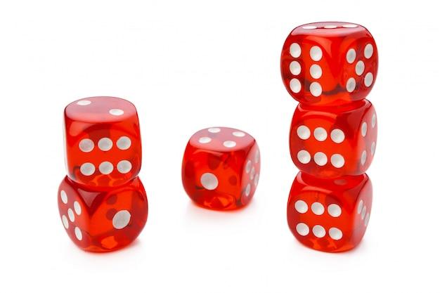 Czerwoni kostka do gry odizolowywający na bielu