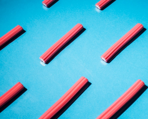 Czerwoni miękcy lukrecjowi cukierki układający na błękitnym tle