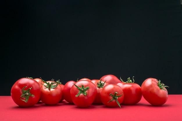 Czerwoni pomidory na koloru tle