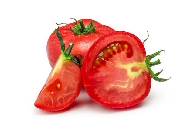 Czerwoni pomidory ustawiający odizolowywającymi na białym tle