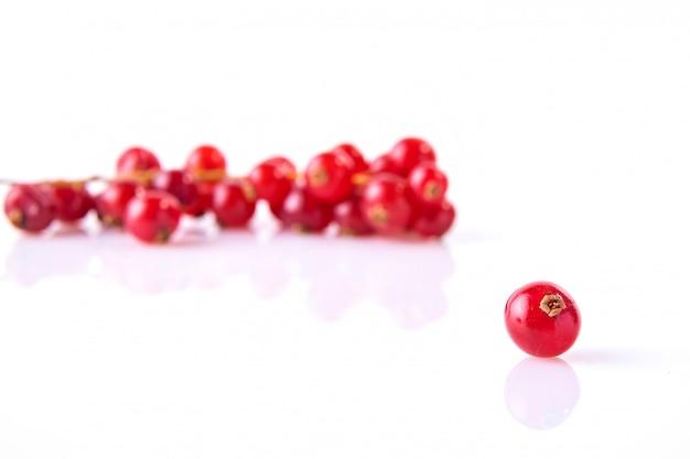 Czerwoni rodzynki przedstawiający na białym tle