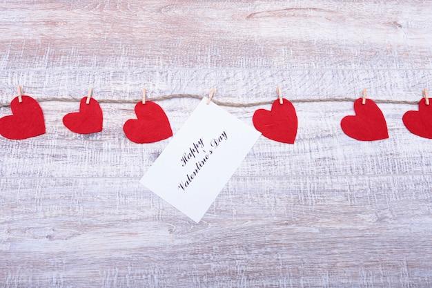 Czerwoni serca na drewnianym tle. walentynki kartka z pozdrowieniami odgórny widok z kopii przestrzenią