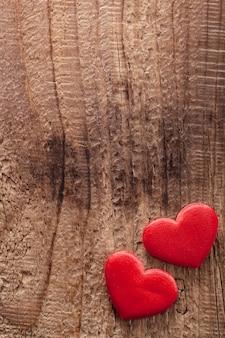 Czerwoni serca nad drewnianym tłem dla walentynka dnia
