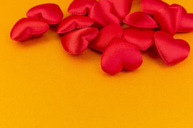 Czerwoni serca z prezenta pudełkiem na błyskotliwość koloru złocie, valentines dnia tło
