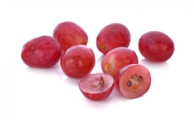 Czerwoni winogrona odizolowywający na białym tle