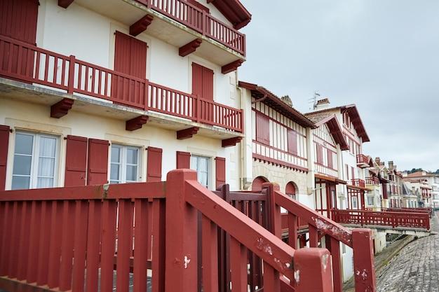 Czerwono-białe baskijskie domy z muru pruskiego, typowa architektura saint jean de luz we francji