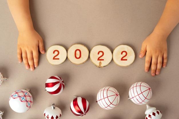 Czerwono-białe numery 2022 z bombkami, widok z góry, koncepcja nowego roku