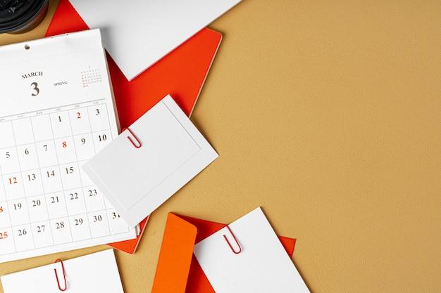 Czerwono-biały pusty papier firmowy na beżowym stole