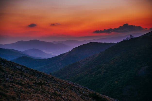 Czerwono-niebieski zachód słońca w górach