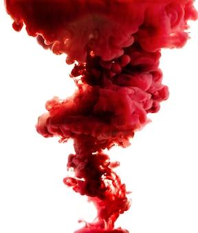 Czerwony abstrakt odizolowywający na bielu. rozlany atrament