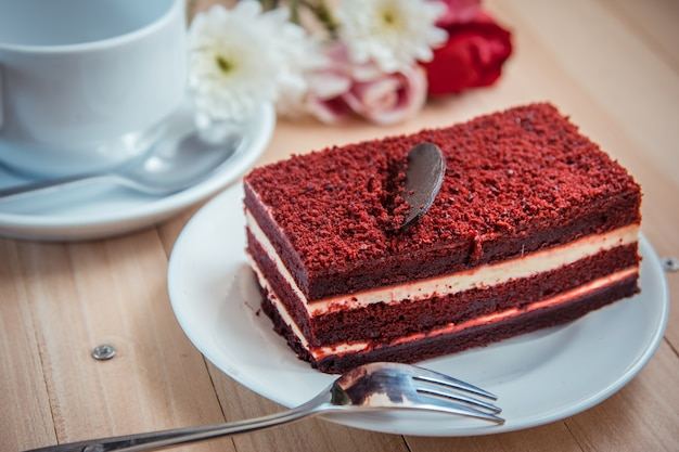 Czerwony aksamitny sernik i ciemna czekolada na wierzchu
